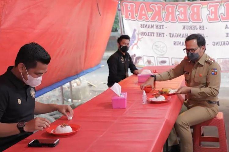 Wali Kota Bogor Bima Arya Sugiarto bersama dua ajudannya makan di warung pedagang kaki lima.