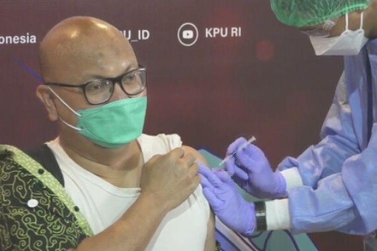 Pelaksana Ketua KPU RI Ilham Saputra Sedang Menjalani Proses Vaksinasi Covid-19 di Gedung KPU RI, Jakarta Pusat, Rabu 17 Maret 2021