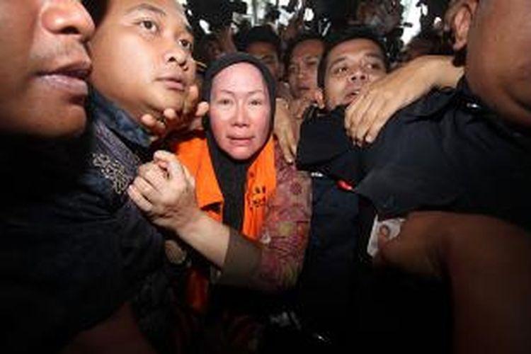 Gubernur Banten, Ratu Atut Chosiyah resmi ditahan usai diperiksa Komisi Pemberantasan Korupsi (KPK) di Gedung KPK, Jakarta, Jumat (20/12/2013). Penahanan tersebut terkait keterlibatan Atut dalam kasus dugaan suap pengurusan sengketa Pilkada Lebak, Banten. TRIBUNNEWS/DANY PERMANA