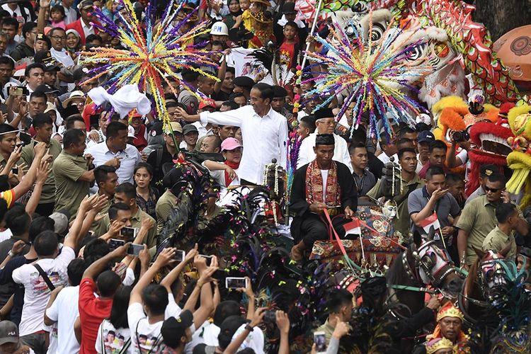 Calon Presiden dan Calon Wakil Presiden nomor urut 01 Joko Widodo dan Maruf Amin menyapa masyarakat Tangerang saat Karnaval Indonesia Satu di Banten, Minggu (7/4/2019).