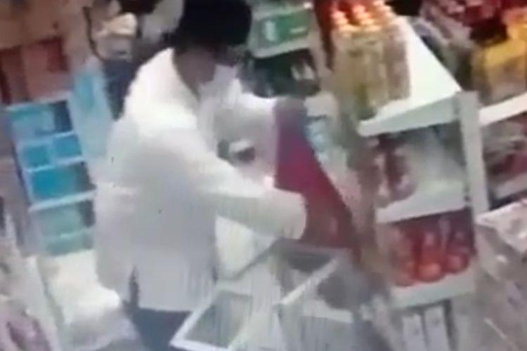 Tangkapan layar aksi pencurian uang kotak amal di minimarket kawasan Jalan Raya Ceger, Pondok Aren, Tangerang Selatan.