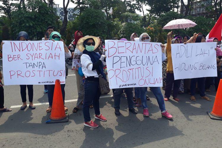 Aksi emak emak di depan Mapolda Jatim, Jumat (1/2/2019)
