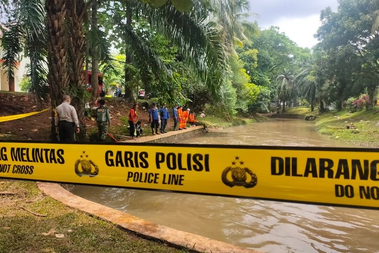 Tim SAR gabungan melanjutkan pencarian bocah 9 tahun yang tenggelam akibat terseret arus Kali Bintaro, Pondok Aren, Tangerang Selatan, Senin (22/2/2021).