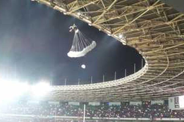 Seorang penerjun payung tersangkut di atap Stadion Gelora Bung Karno saat acara pembukaan laga final Piala Sudirman, Minggu (24/1/2016) malam.