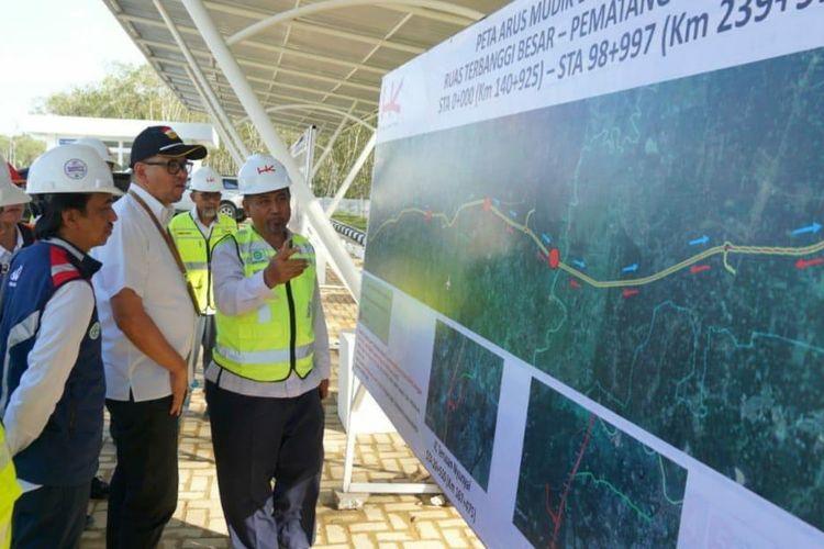 Kepala BPJT Danang Parikesit saat mendengarkan paparan terkait perkembangan ruas Tol Terbanggi Besar-Pematang Panggang.