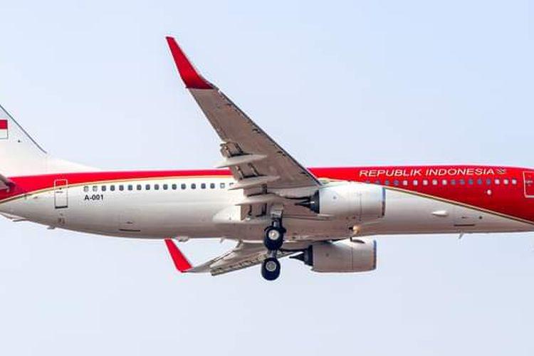 Pesawat Boeing 737-8U3 yang menjadi pesawat Kepresidenan RI dengan cat merah putih