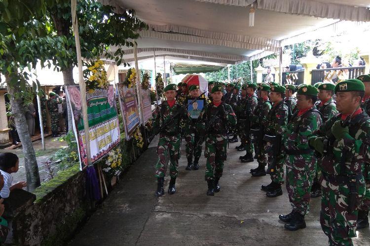 Upacara militer pemberangkatan jenazah Kopda Anumerta Dwi Purnomo dari rumah duka di Desa Banjarpanjang Kabupaten Magetan. Keluarga memilih menguburkan jenazah di pemakaman umum desa setempat.
