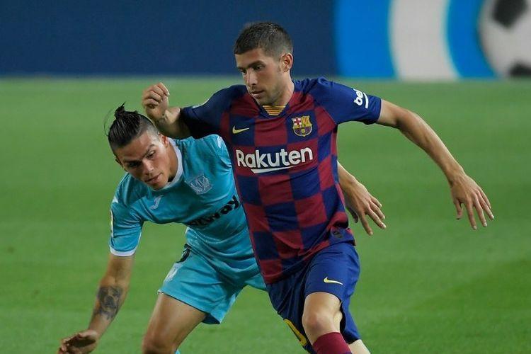 Bek Argentina Leganes Jonathan Silva (kiri) menantang bek Barcelona Spanyol Sergi Roberto selama pertandingan sepak bola liga Spanyol FC Barcelona melawan CD Leganes di stadion Camp Nou di Barcelona pada 16 Juni 2020.