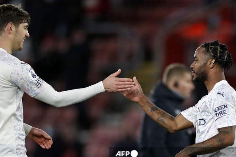 Raheem Sterling (kanan) dan John Stones (kiri) berselebrasi seusai Man City mengalahkan Southampton pada pertandingan Liga Inggris di St Marys Stadium, 19 Desember 2020.