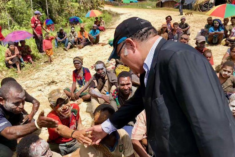 Perdana Menteri Papua Nugini Peter ONeill mengunjungi penduduk desa di Tari, di provinsi Hela, setelah gempa melanda daerah terpencil di dataran tinggi, Rabu (7/3/2018). (AFP/Kantor Perdana Menteri Papua Niugini)