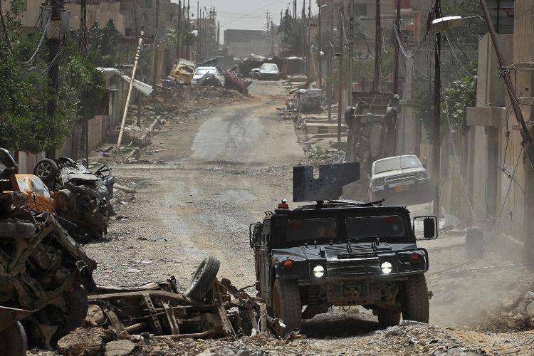 Sebuah kendaraan tempur pasukan Irak berpatroli di sebuah kawasan permukiman di sisi barat kota Mosul.
