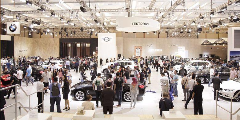 Suasana stan BMW dan Mini di Gaikindo Indoensia International Auto Show (GIIAS) 2017.