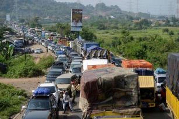 Kendaraan terjebak kemacetan sepanjang lebih dari 3 kilometer di jalan raya Tol Merak yang menjadi akses utama menuju Pelabuhan Merak, Banten, Sabtu (3/8/2013).
