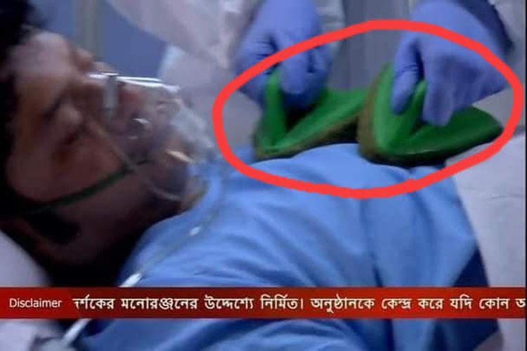 Cuplikan adegan serial tv India Krishnakoli, yang menampilkan dokter memakai sikat wc sebagai alat pacu jantung.