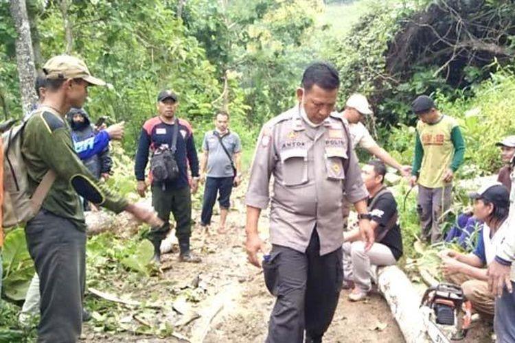 Petugas gabungan antara Polhut dan polsek memergoki aksi perusakan hutan yang dilakukan 12 orang.