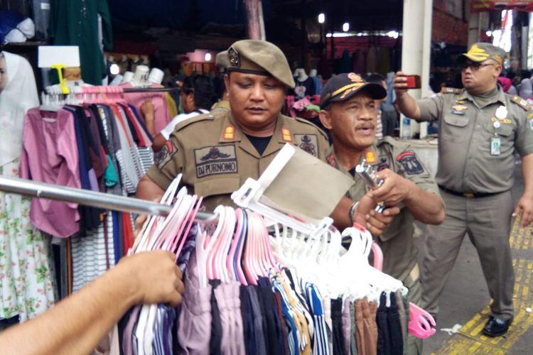 Penertiban Satpol PP di Kawasan Tanah Abang, Jakarta Pusat,  Senin (29/7/2019).