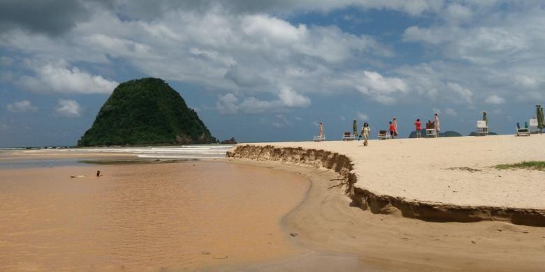 Pantai Pulau Merah Kamis (18/8/2016) salah satu destinasi wisata di Banyuwangi airnya berubah menjadi coklat karena bajir lumpur sejak seminggu terakhir.