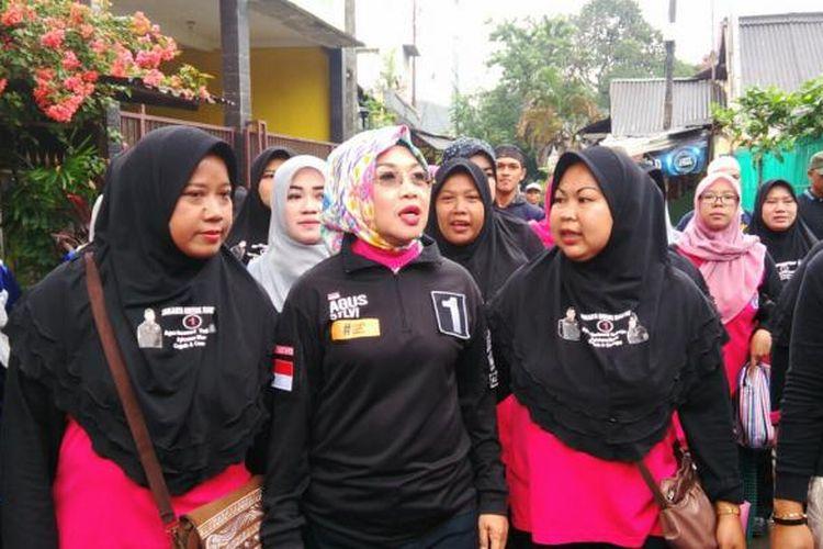 Calon wakil gubernur DKI Sylviana Murni melakukan kampanye di wilayah RW 06 Kelurahan Pondok Kelapa, Kecamatan Duren Sawit, Jakarta Timur. Jumat (10/2/2017)