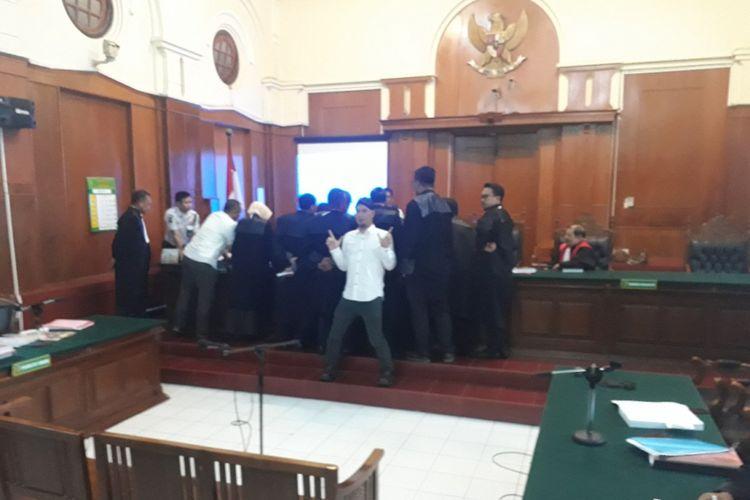 Ahmad Dhani berpose 2 jari di ruang sidang PN Surabaya, Selasa (5/3/2019)
