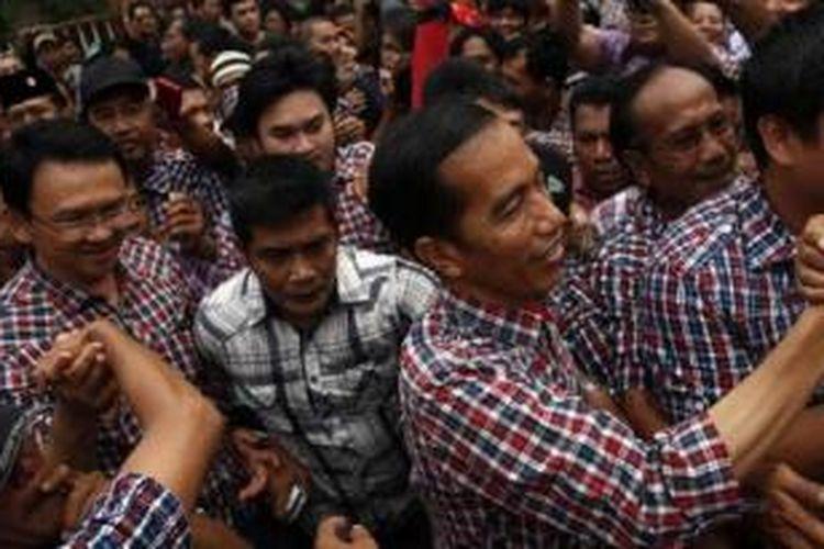 Saat pasangan Calon Gubernur (Cagub) DKI Jakarta, Joko Widodo dan Basuki T Purnama menggelar acara halal-bihalal di Sekretariat Tim Kampanye di kawasan Menteng, Jakarta Pusat, Sabtu (25/8/2012), massa yang berdatangan hampir semuanya mengenakan baju kotak-kotak.