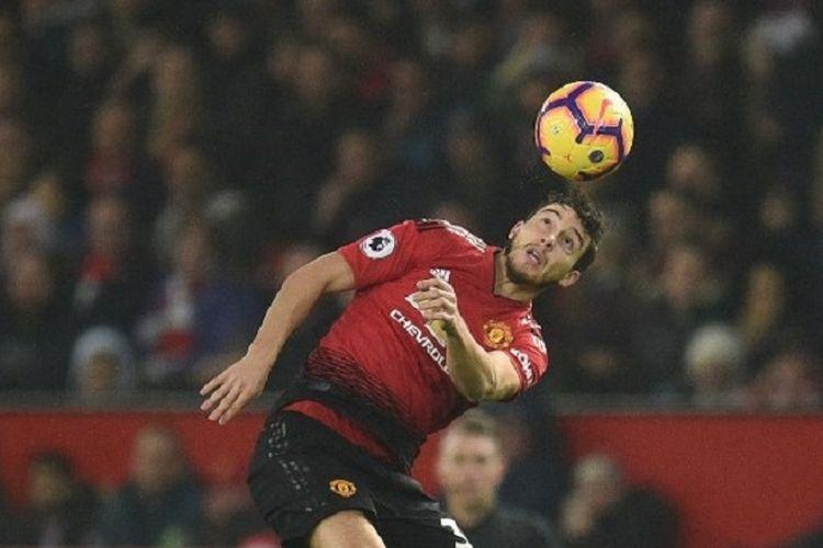Matteo Darmian tengah menyundul bola pada pertandingan Manchester United vs Arsenal di Stadion Old Trafford, 5 Desember 2018.