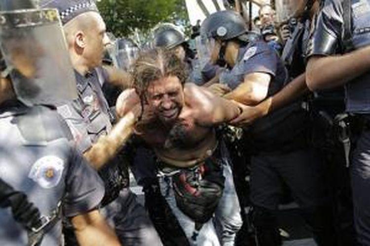 Seorang demonstran diamankan petugas keamanan Brasil