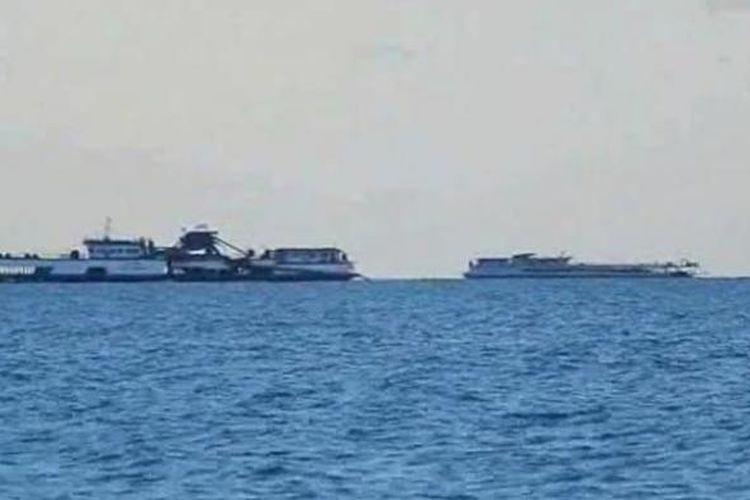 Sejumlah kapal isap produksi timah terlihat di garis Pantai Rambak, di Kabupaten Bangka, Kepulauan Bangka Belitung.