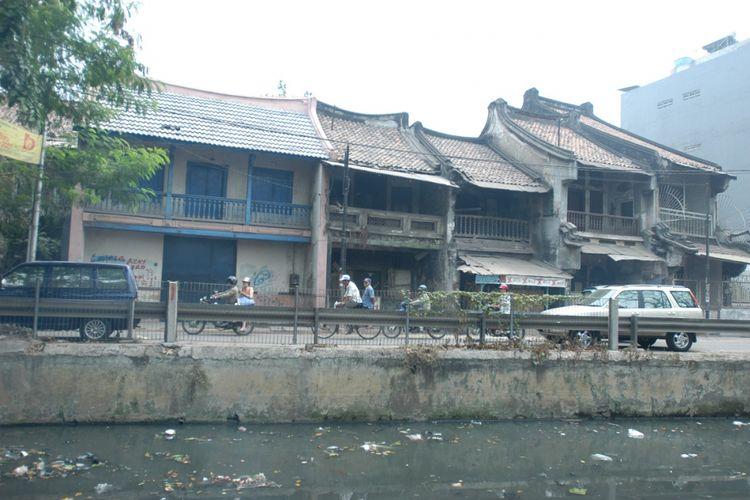 Sederet rumah tua di tepi Sungai Blandongan di kawasan Pecinan Glodok-Pancoran, Jakarta Barat, yang dihuni sejak tahun 1700-an, sejak beberapa tahun terakhir terbengkalai, Kamis (13/7). Warga setempat berharap lingkungan fisik serta jejaring sosial dan ekonomi Pecinan Jakarta ini dan disebut-sebut lebih tua dari enklave serupa di Malaysia dan Singapura dapat dipulihkan menjadi living heritage untuk menarik wisatawan.