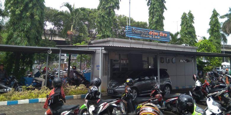 Layanan Samsat Drive Thru di Kebon Nanas, Jakarta Timur, Selasa, (12/12/2017)