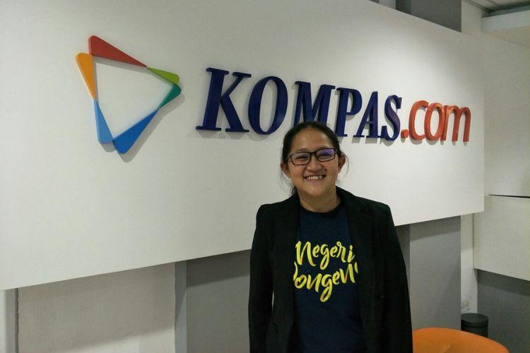 Sutradara Anggi Frisca berpose di kantor redaksi Kompas.com di Palmerah Selatan, Jakarta Pusat, Rabu (25/10/2017). Kedatangannya untuk mempromosikan film dokumenter Negeri Dongeng yang akan tayang di bioskop pada 26 Oktober 2017.
