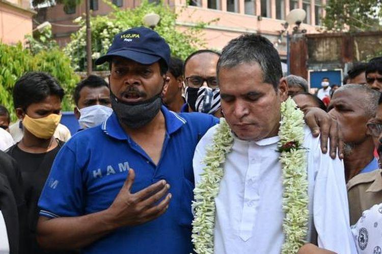 Durga Prasad Timsina (berbaju putih) dibebaskan setelah mendekam selama empat dekade tanpa pernah diadili di penjara India.