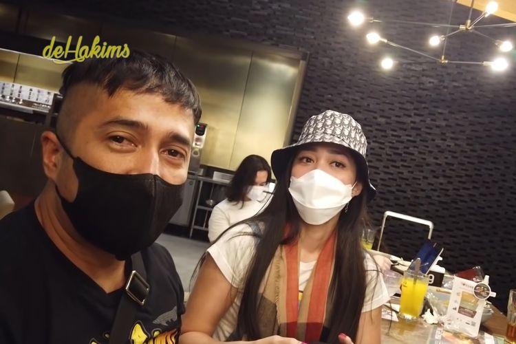Dua sahabat, pembawa acara Irfan Hakim dan Gracia Indri.