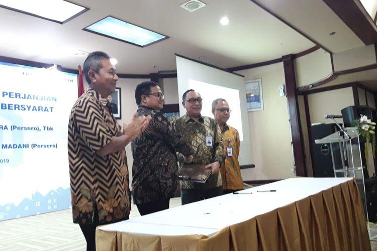 Deputi Bidang Usaha Jasa Keuangan, Jasa Survei, dan Konsultan Kementerian BUMN Gatot Trihargo, Direktur Utama Bank BTN Maryono, dan Direktur Utama PNM Arief Mulyadi di Jakarta, Senin (22/4/2019).