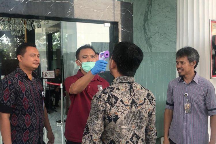 Penjagaan di kompleks Istana Kepresidenan, Jakarta, diperketat sehari setelah Presiden Joko Widodo mengumumkan adanya dua warga Depok yang positif terjangkit Corona (Covid-19).  Pantauan Kompas.com, Selasa (3/3/2020) pagi, seluruh akses masuk di Istana kini dijaga oleh petugas yang dilengkapi pemindai suhu badan (thermal scanner).