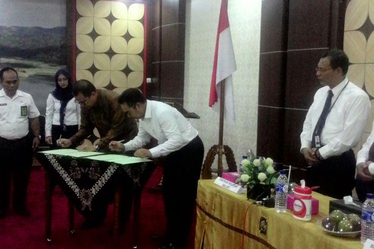 PT Angkasa Pura I (Persero) dan Pemkab Kulon Progo menandatangani MoU di Ruang Sermo Kompleks Pemkab Kulon Progo, Senin (3/12/2018). Keduanya komit untuk mengembangkan SDM, pemberdayaan PDAM Kulon Progo, maupun membuka peluang kerja sama bagi badan usaha lain di Kulon Progo.