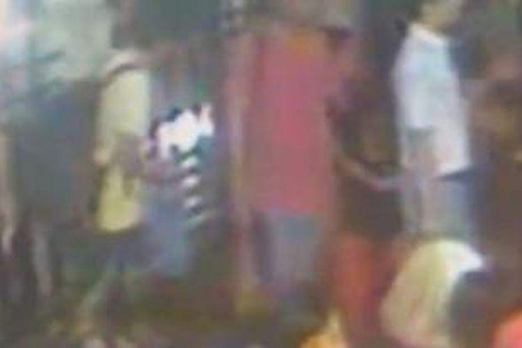 Polisi menduga pria berbaju merah dan putih yang terlihat bersama dengan tersangka utama, pria berkaus kuning, adalah bagian dari jaringan pelaku pengeboman di dekat Kuil Erawan, Bangkok.
