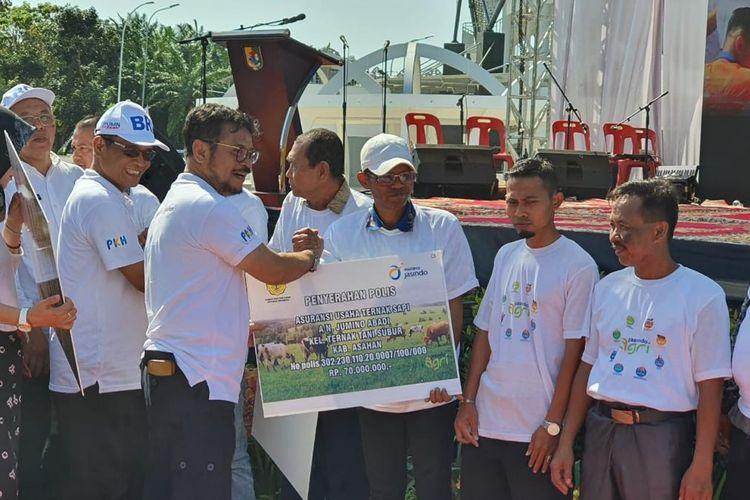 Menteri Pertanian (Mentan) Syahrul Yasin Limpo memberikan Asuransi Usaha Tani Padi (AUTP) kepada kelompok petani