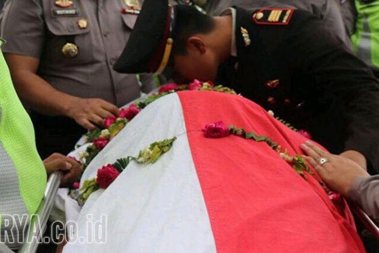 Kasatlantas Polres Jombang, AKP Inggal Widya Perdana mencium peti mati Briptu Anumerta Sherif Gagah.
