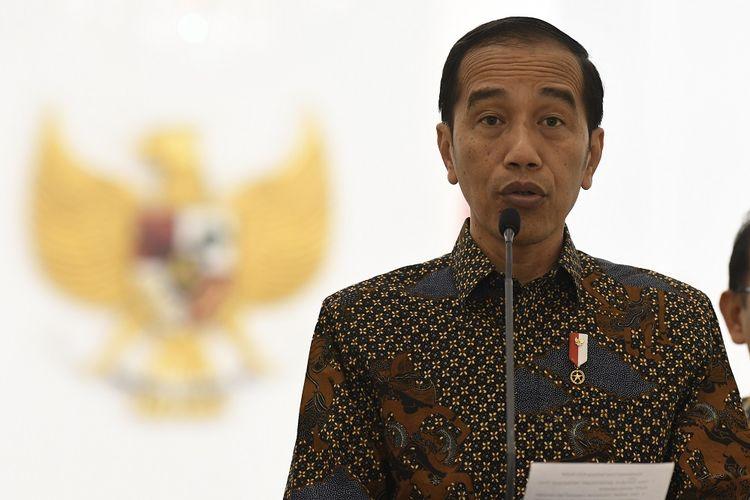 Presiden Joko Widodo menyampaikan sikap tentang rencana pengesahan Rancangan Kitab Undang-Undang Hukum Pidana (RKUHP) di Istana Bogor, Jawa Barat, Jumat (20/9/2019). Presiden meminta Dewan Perwakilan Rakyat (DPR) menunda pengesahan RKUHP dan mengkaji ulang sejumlah 14 pasal dalam RKUHP yang rencananya akan disahkan pada 24 September 2019. ANTARA FOTO/Puspa Perwitasari/ama.