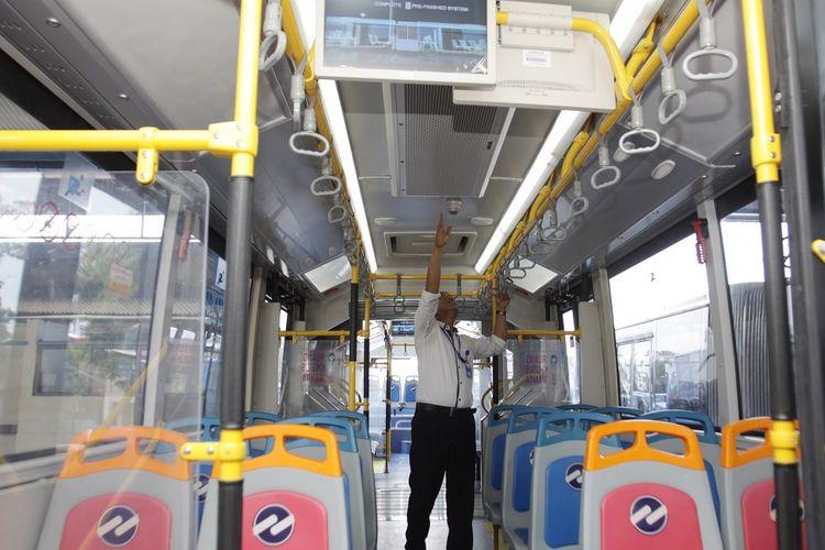 Petugas Transjakarta melakukan pengecekan bus Zhongtong di Depo PPD F Klender, Jakarta Timur, Rabu (16/10/2019). PT Transportasi Jakarta kembali mengoperasikan bus merek Zhongtong Bus tersebut kini mengaspal di Jakarta melayani koridor 1 TransJakarta Blok M-Kota. ANTARA FOTO/Reno Esnir/foc.