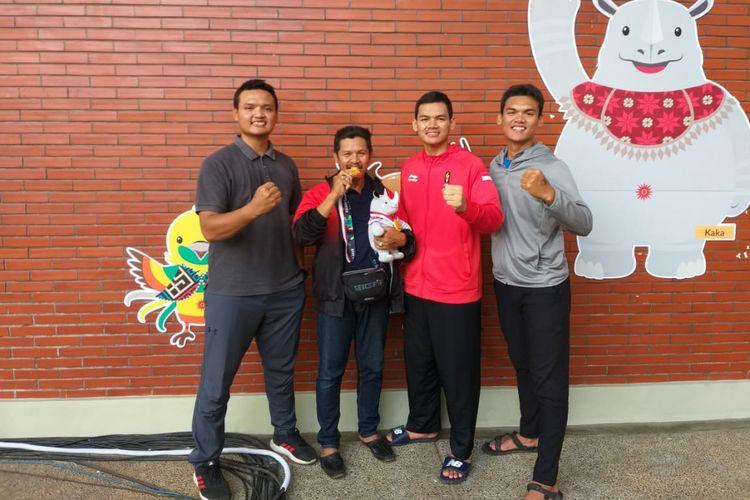 Atlet pencak silat asal Ponorogo yang meraih medali emas Asian Games, Aji Bangkit Pamungkas (dua dari kanan) bersama ayahnya, Agus (dua dari kiri) dan dua kakaknya usai bertanding melawan pesilat asal Singapura.