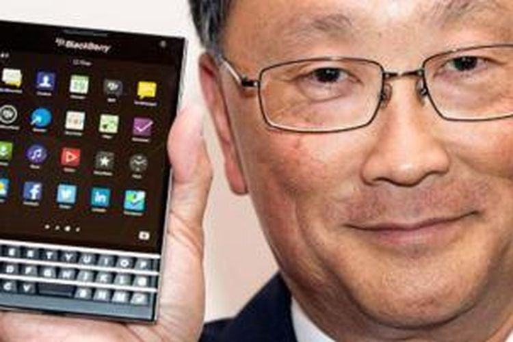 CEO BlackBerry John Chen menunjukkan smartphone BlackBerry Passport