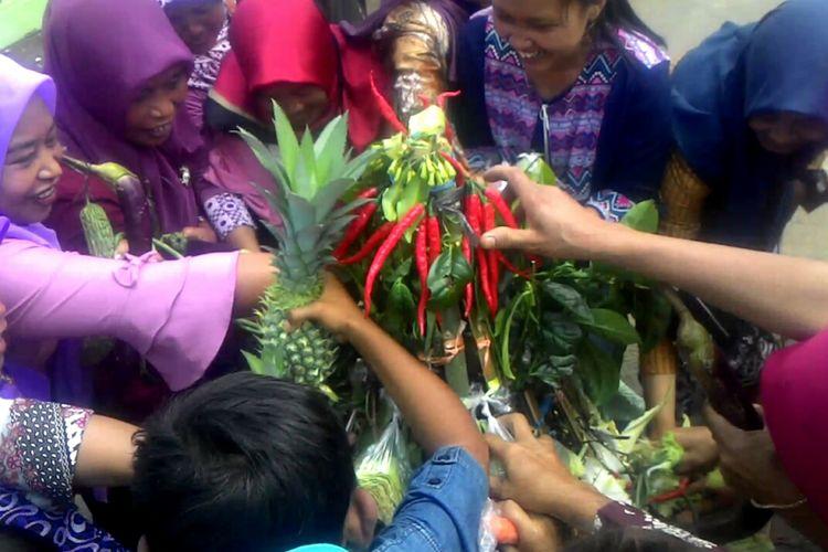 Rebutan gunungan usai merti dusun di Dusun Tritis Kecamatan Samigaluh, Kulon Progo. Tiap tahun berlangsung tradisi nyadran dan merti dusun, sekaligus kirab melewati beberapa destinasi. Mereka mengharap, melalui tradisi kuat maka destinasi mereka juga semakin menarik bagi wisatawan.