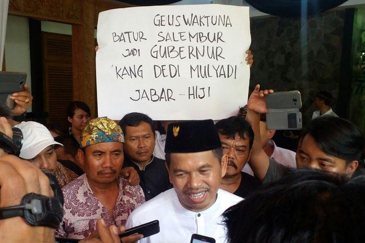 Ketua DPD Partai Golkar Jawa Barat Dedi Mulyadi saat diwawancara oleh wartawan di Purwakarta, Rabu (26/4/2017).