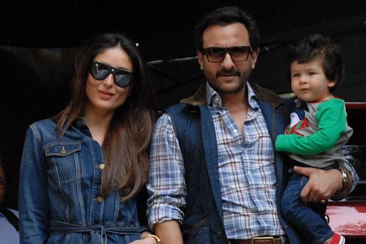 Pasangan artis peran Bollywood, Kareena Kapoor dan Saif Ali Khan, berfoto dengan putra mereka, Taimur, dalam sebuah acara di Mumbai, pada 25 Desember 2017.