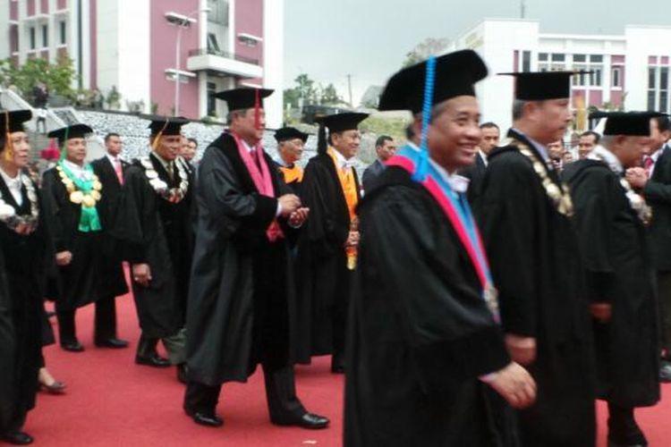 Jajaran guru besar beserta Presiden Susilo Bambang Yudhoyono tampak membubarkan diri setelah cuaca memburuk lantaran mulai hujan rintik hingga gemuruh petir saat SBY memberikan pidato pengukuhan guru besar di areal terbuka Universitas Pertahanan, Sentul, Kamis (11/6/2014).