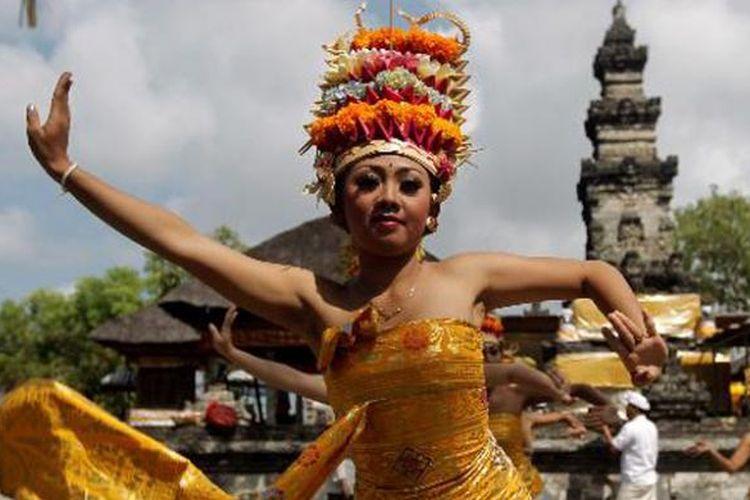 Pertunjukan tari Bali memeriahkan hari raya Kuningan di Pura Sakenan, Pulau Serangan, Denpasar, Bali, Sabtu (8/9/2012). Hari raya Kuningan menutup rangkaian hari raya Galungan yakni 10 hari sesudahnya. Kata kuningan sendiri memiliki makna ka-uningan yang artinya mencapai peningkatan spiritual dengan cara introspeksi agar terhindar dari mara bahaya.