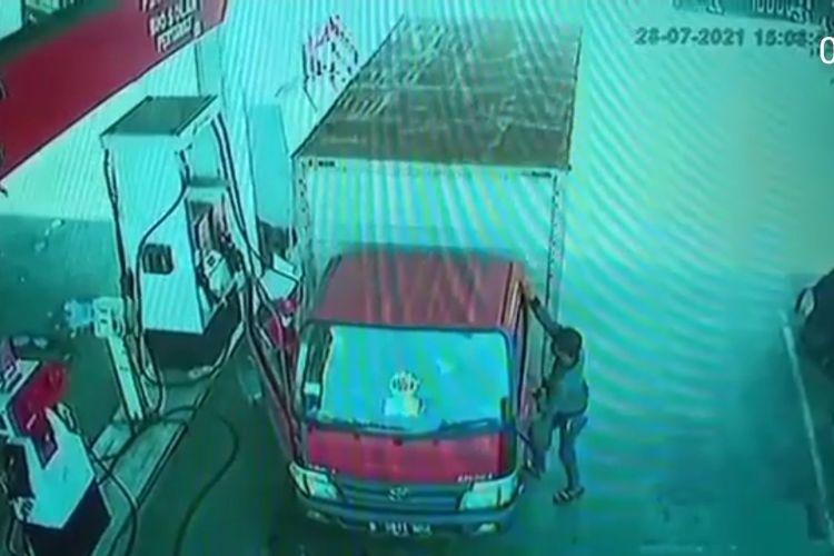 Tangkapan layar akun instagram @jakarta.terkini dua orang pencuri menggasak lebih dari Rp 20 juta dari sebuah truk, pada Rabu (28/7/2021). Saat kejadian truk sedang isi bahan bakar di sebuah SPBU di Jalan Lingkar Luat Barat, Duri Kosambi, Cengkareng, Jakarta Barat