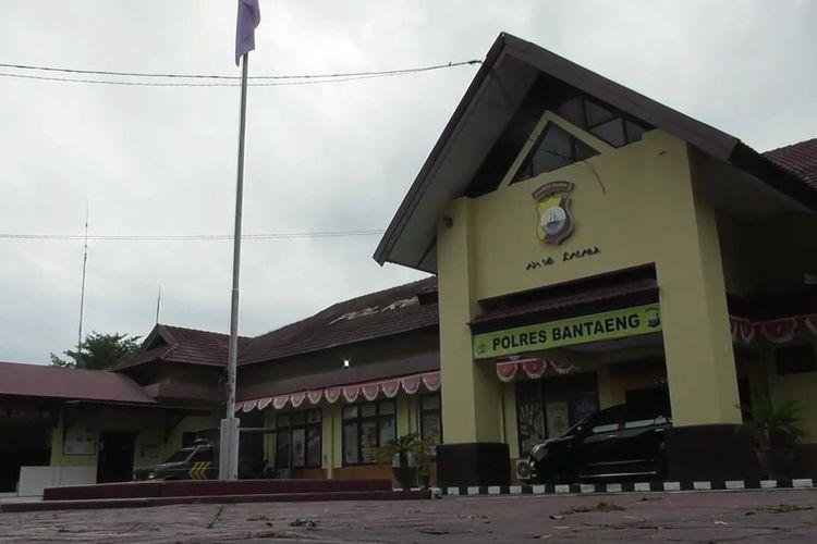 Aparat kepolisian di Kabupaten Bantaeng, Sulawesi Selatan tengah merilis kasus pembunuhan terhadap seorang gadis yang diwarnai kerasukan massal dan penyanderaa. Rabu, (13/5/2020).