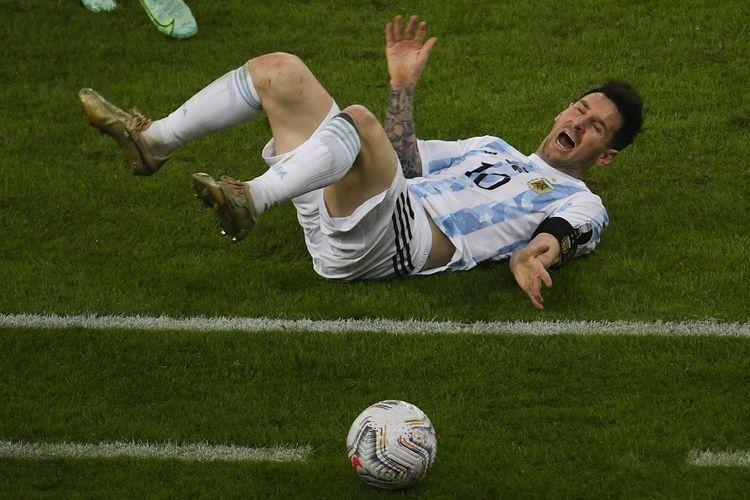 Pemain Argentina Lionel Messi terjatuh saat laga final Copa America 2021 melawan Brasil di Stadion Maracana di Rio de Janeiro, Brasil, pada 10 Juli 2021. Hasil Argentina vs Brasil, Messi dkk menang 1-0.